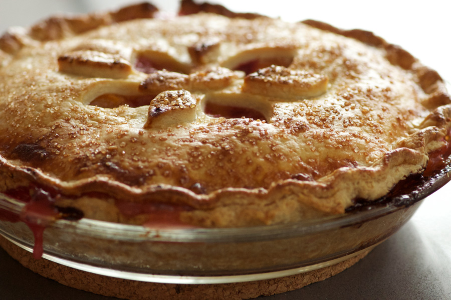 Golden and dripping with fruit juices, the pie is ready to eat!