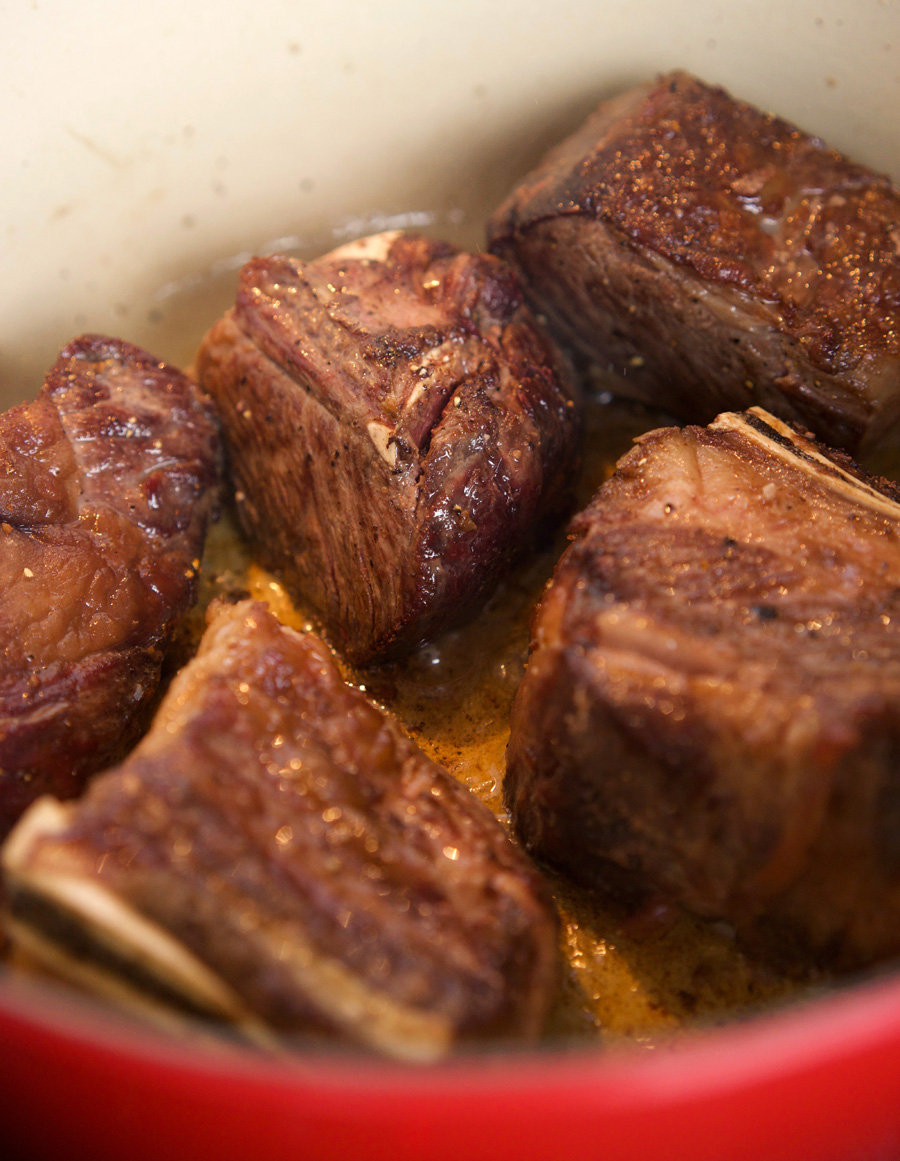 Browning shortrib meat in pot over high heat